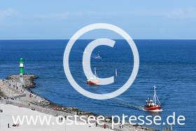 Ostsee Pressebild: Fischkutter passieren die Mole der Hafeneinfahrt