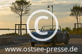 Ostsee Pressebild: Oldtimer am Hafen im Sonnenuntergang