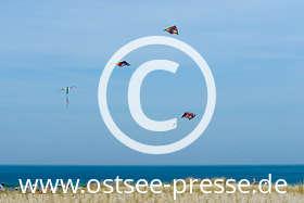 Ostsee Pressebild: Drachen über dem Strand