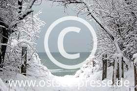 Ostsee Pressebild: verschneiter Strandaufgang