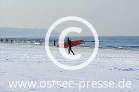Ostsee Pressebild: Wellenreiten im Winter an der Ostsee