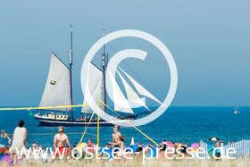 Ostsee Pressebild: Großsegler vor dem Strand
